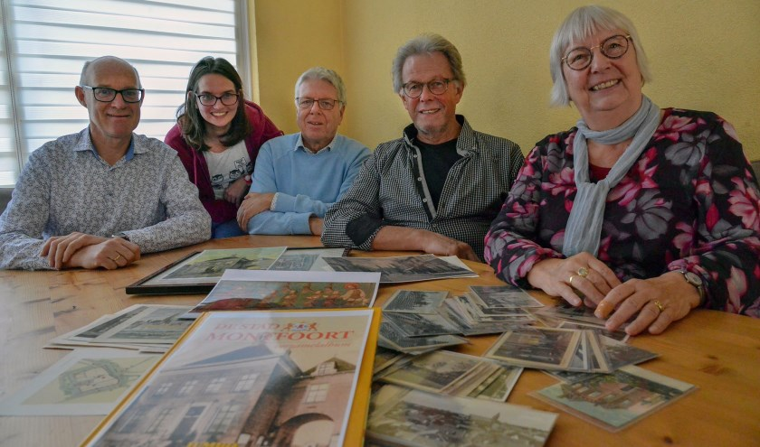Vijf van de zes samenstellers van het verzamelalbum: Peter Versloot, Charlotte Kling, Kees Bazuine, Peter Gruters & Joke de Wissel. Lex van Wijk ontbreekt.