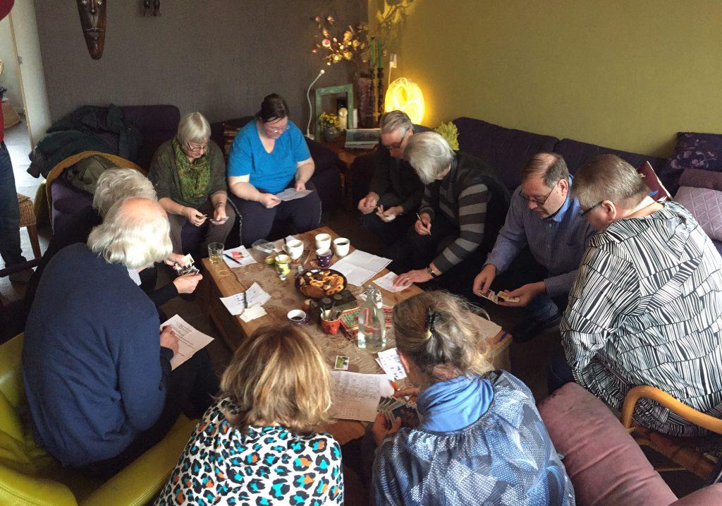Heel Montfoort plakt: 30 mensen bezochten de ruilochtend bij Marja en Johan Hanko. (Foto: Fotograaf onbekend)